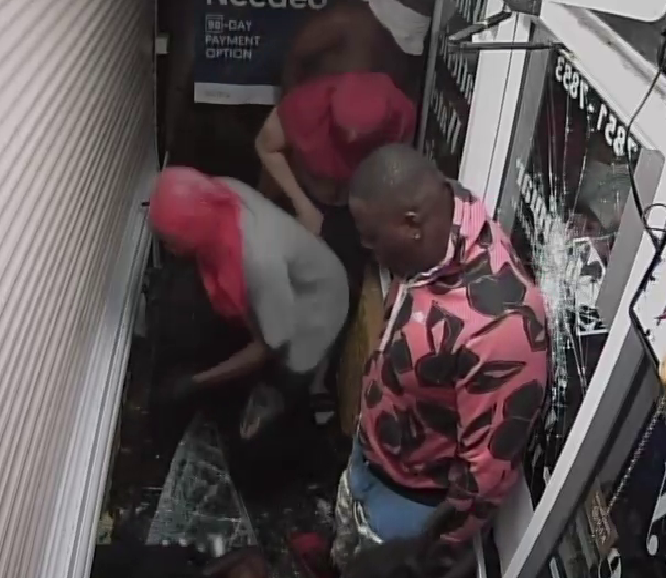 Detectives asking for public's assistance to identify suspects in jewelry store burglary Supporting Image